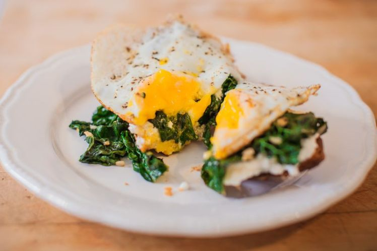 Toast with egg, kale and ricotta